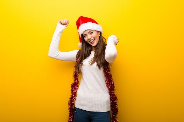 Menina adolescente comemorando feriados de natal ouvindo a música e dançar