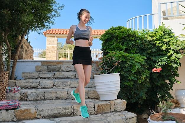 Menina adolescente correndo em um dia de verão