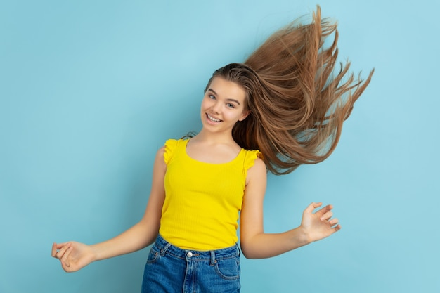 Menina adolescente dançando