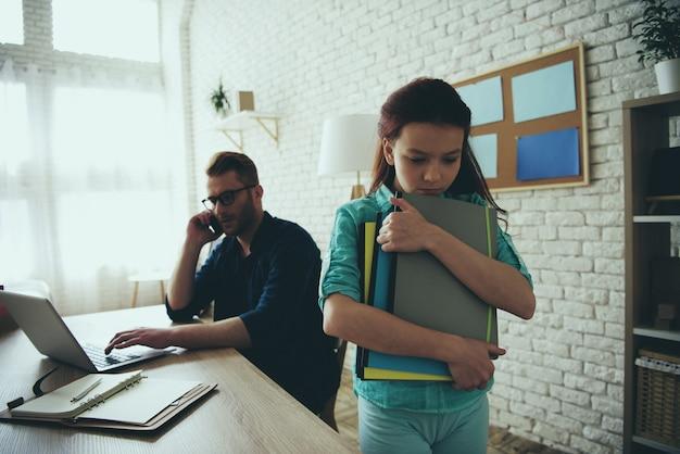 Menina adolescente de cabelos vermelha está chateada porque o pai não pode ajudar.