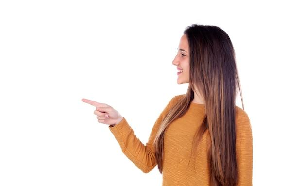 Menina adolescente de dezesseis anos de idade, indicando algo