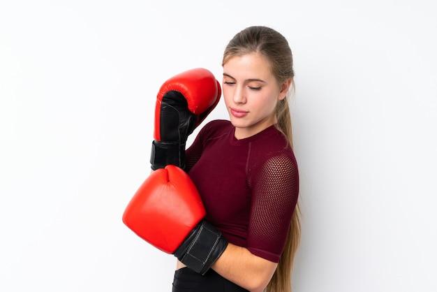 Menina adolescente de esporte sobre branco com luvas de boxe