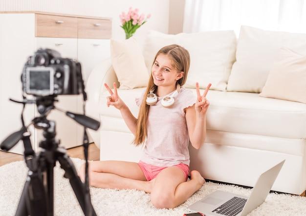 Menina adolescente de sorriso nova do videobloger