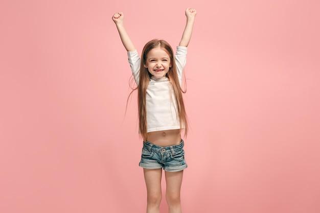 Menina adolescente de sucesso feliz comemorando ser um vencedor. imagem energética dinâmica de modelo feminino