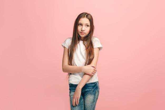 Menina adolescente duvidosa e pensativa lembrando de algo