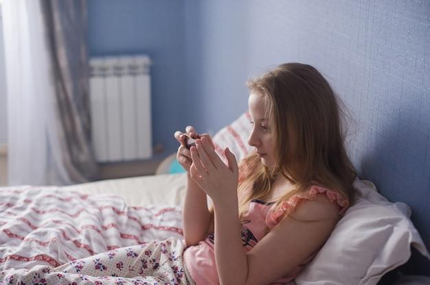 Menina adolescente, é, mentir cama, inmorning, sol, e, olhar