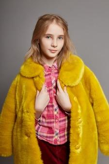Menina adolescente, em, amarela, faux, casaco pele, retrato