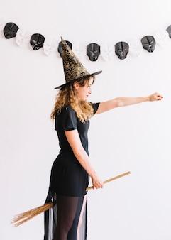 Menina adolescente, em, bruxa, traje, com, vassoura