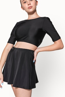 Menina adolescente em maiô preto de duas peças para fotos de roupas de verão