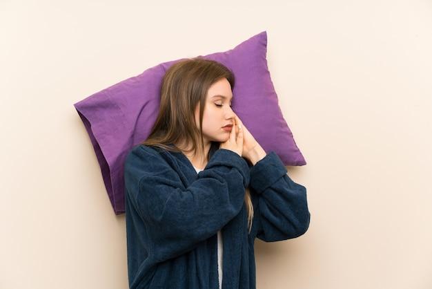 Menina adolescente em pijama sobre fundo isolado