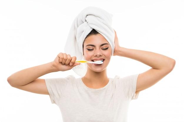 Menina adolescente escovar os dentes
