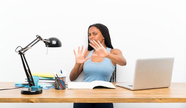 Menina adolescente estudante nervoso, esticando as mãos para a frente