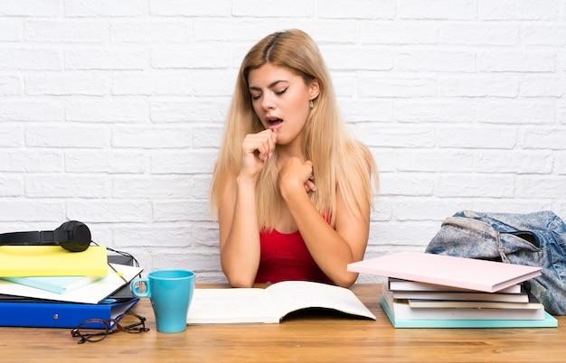Menina adolescente estudante no interior está sofrendo com tosse e se sentindo mal