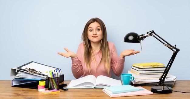 Menina adolescente estudante no quarto dela tendo dúvidas com confundir a expressão do rosto