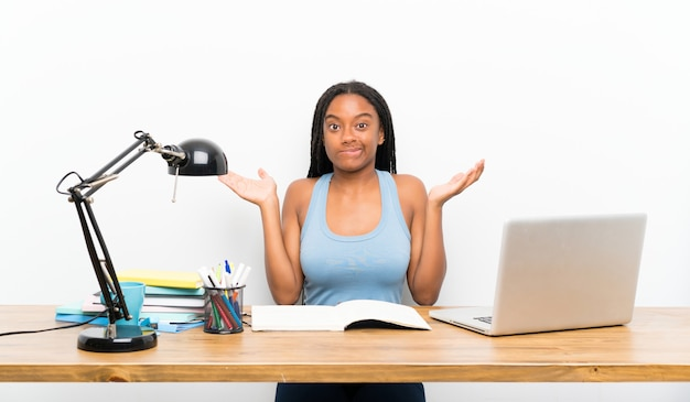 Menina adolescente estudante tendo dúvidas ao levantar as mãos