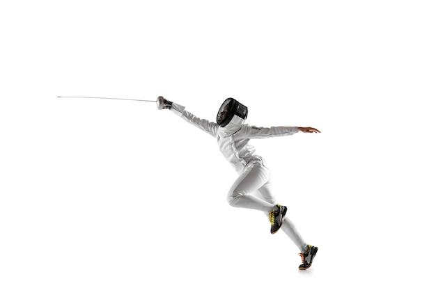 Menina adolescente fantasiada de esgrima com a espada na mão, isolada no fundo branco
