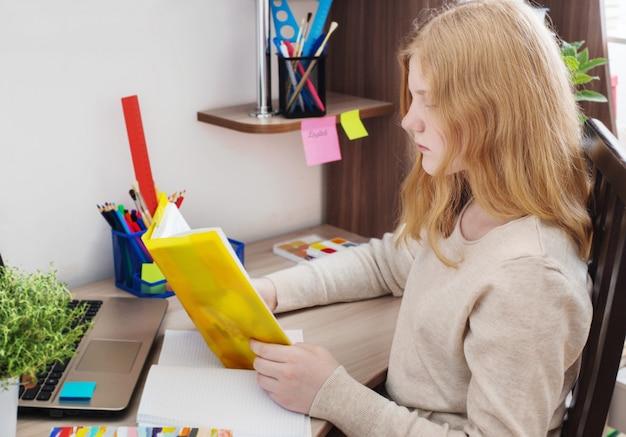 Menina adolescente fazendo lição de casa