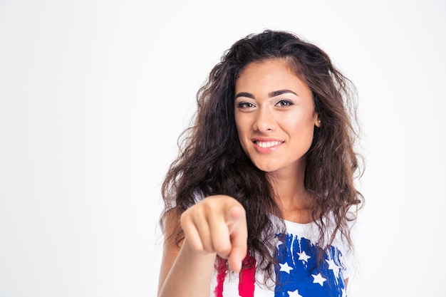 Menina adolescente feliz apontando o dedo para a frente