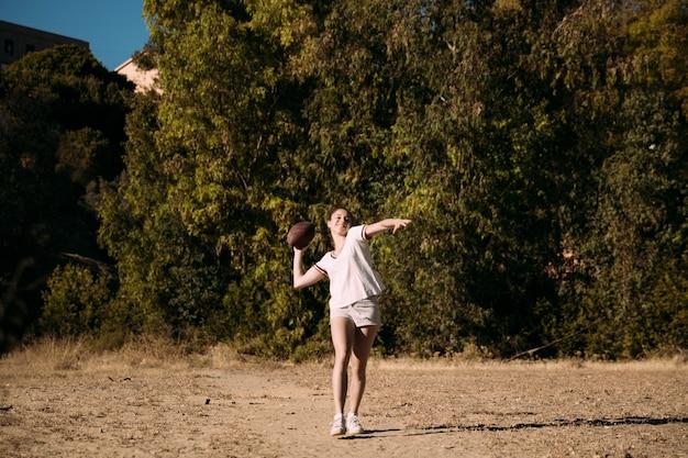 Menina adolescente feliz jogando rugby