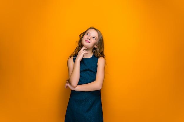 Menina adolescente feliz