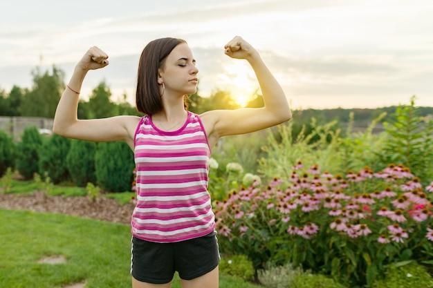Menina adolescente, flexionar, dela, músculos