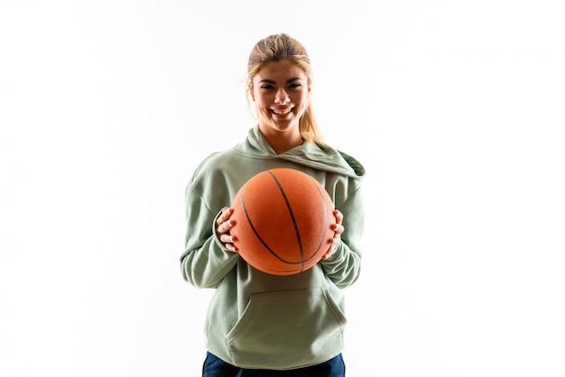 Menina adolescente jogando basquete