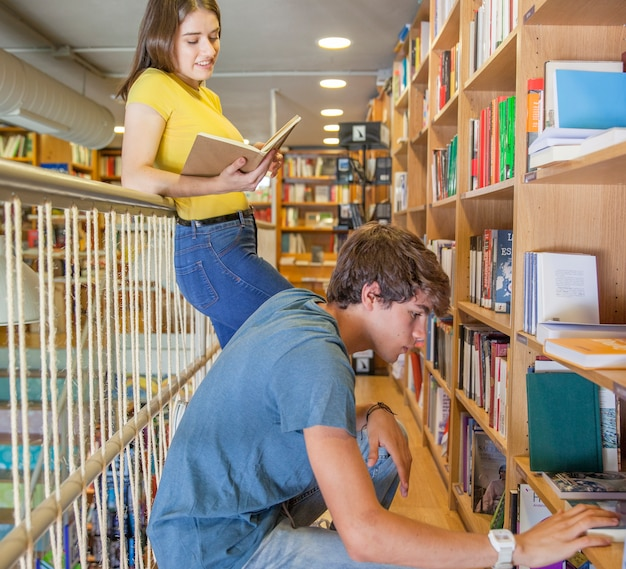 Menina adolescente, leitura, perto, namorado, escolher, livro