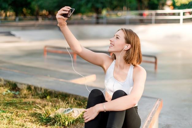 Menina adolescente, levando, selfies, e, comunicar, telefone, parque, após, escola