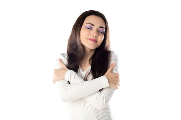 Menina adolescente morena com maquiagem roxa isolada em um fundo branco
