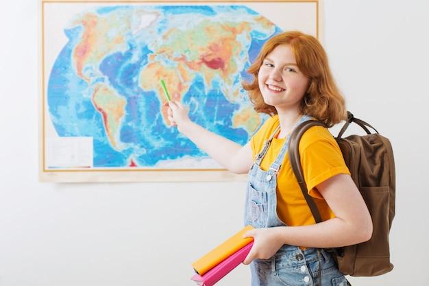 Menina adolescente no mapa geográfico