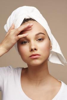 Menina adolescente, olhando para a espinha na testa, conceito de cuidados com a pele