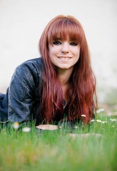 Menina adolescente rebelde com cabelo vermelho