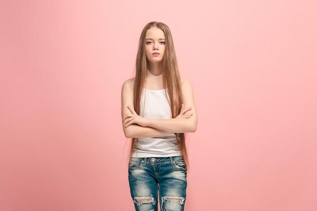 Menina adolescente séria, triste, duvidosa e pensativa em busca. emoções humanas, conceito de expressão facial