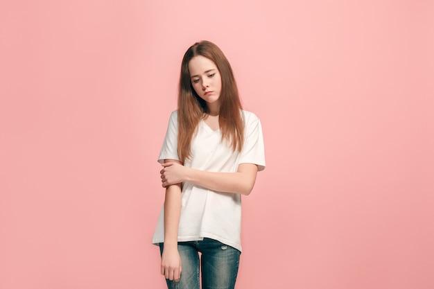 Menina adolescente séria, triste, duvidosa e pensativa no estúdio. emoções humanas, conceito de expressão facial
