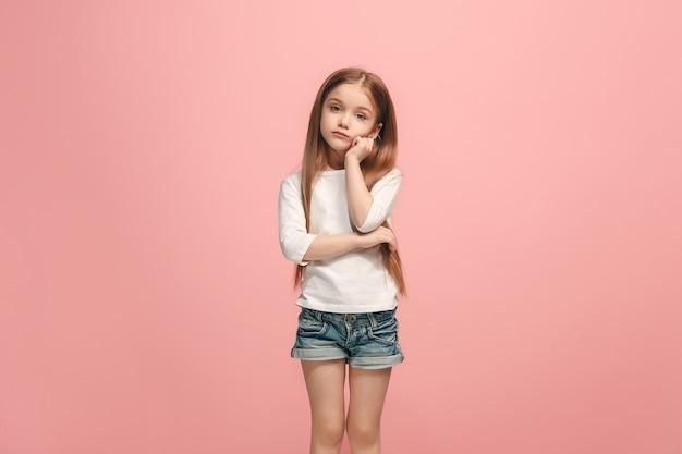 Menina adolescente séria, triste, duvidosa e pensativa no estúdio.