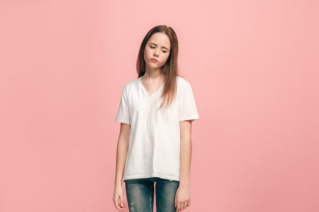 Menina adolescente séria, triste, duvidosa e pensativa no estúdio