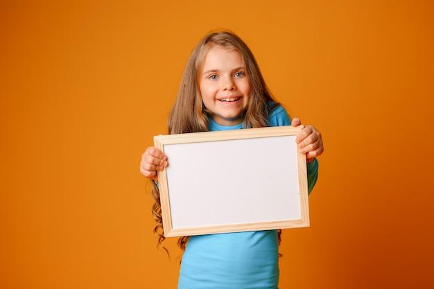Menina adolescente sorrindo com letreiro em branco