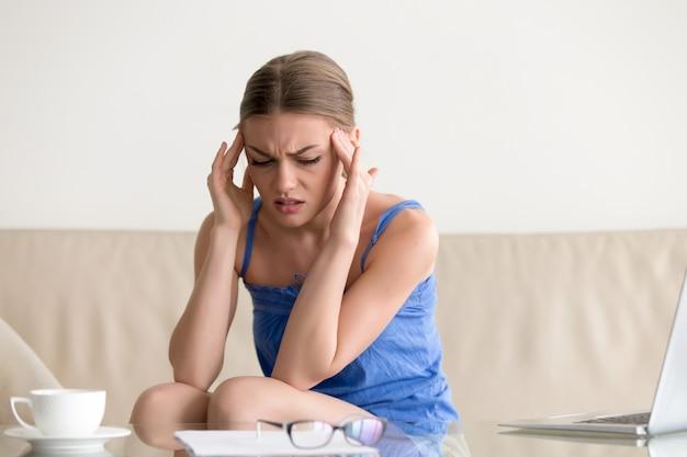 Menina adolescente, tendo, ataque pânico, sentir, tonto, dor de cabeça, massaging
