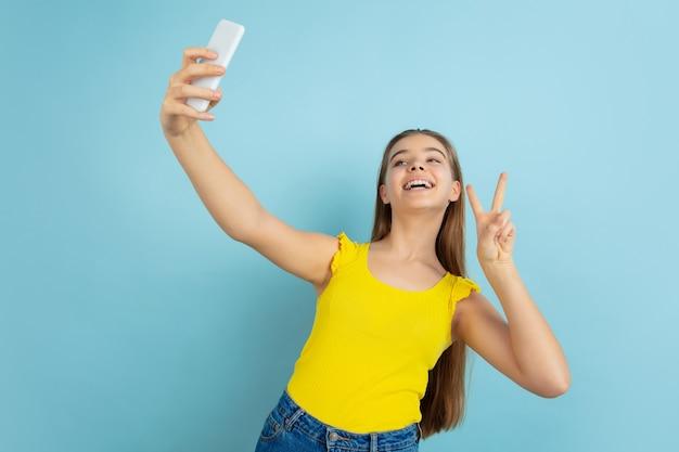 Menina adolescente tirando selfie
