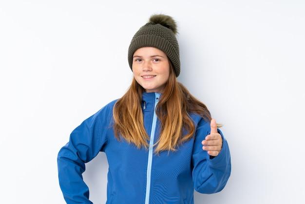 Menina adolescente ucraniana com chapéu de inverno sobre aperto de mão isolado depois de bom negócio