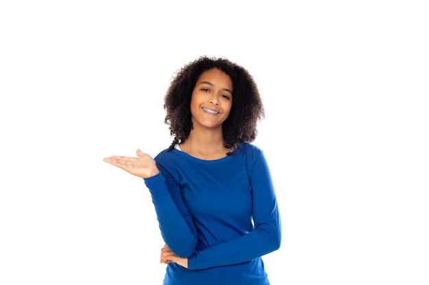 Menina adolescente vestindo um suéter azul isolado em uma parede branca