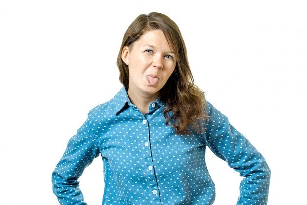 Menina adorável alegre mostrando a língua de fora