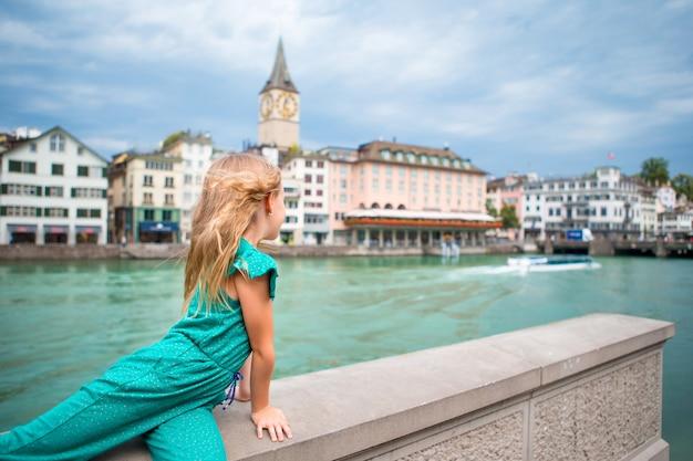 Menina adorável ao ar livre em zurique