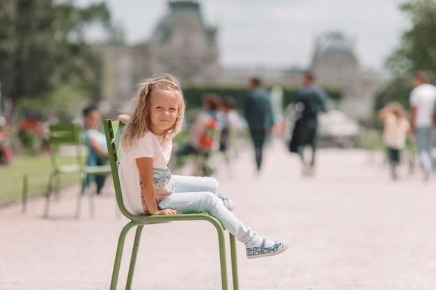Menina adorável da forma ao ar livre nos jardins de tuileries, paris