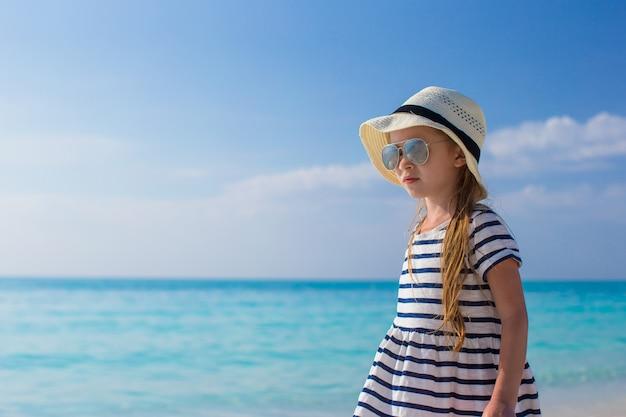 Menina adorável durante férias nas caraíbas