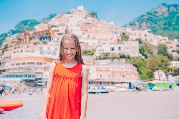Menina adorável em dia de verão quente e ensolarado na cidade de positano, na itália