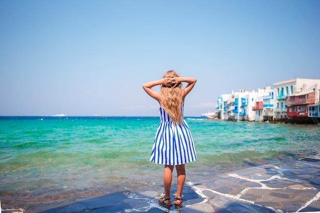 Menina adorável em little venice a área turística mais popular na ilha de mykonos