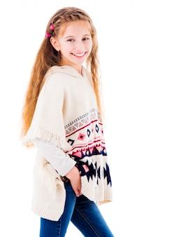 Menina adorável em poncho bege quente