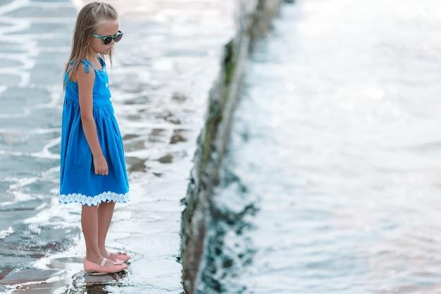 Menina adorável em pouca veneza a área de turista a mais popular na ilha de mykonos, grécia.