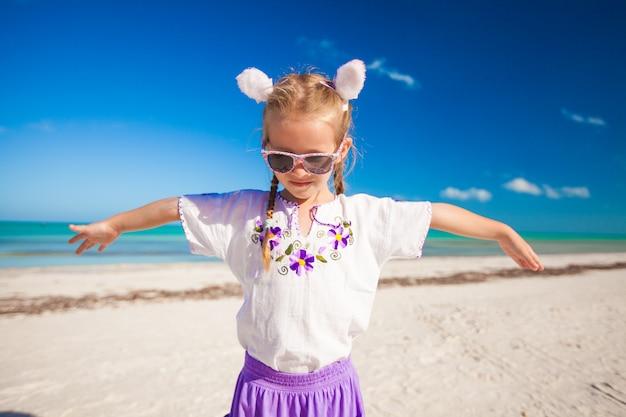 Menina adorável em traje de páscoa na praia exótica